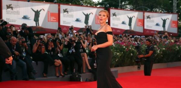 3set2013---filme-no-qual-a-atriz-scarlett-johansson-vive-uma-anielingena-caninal-foi-vaiado-no-festival-de-veneza-atriz-posa-para-fotos-no-tapete-vermelho-1378235319670_615x300