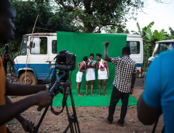 19fev2016---atrizes-checam-o-roteiro-antes-da-gravacao-de-uma-cena-de-filme-no-vilarejo-de-illah-nigeria-conhecida-como-nollywood-a-industria-cinematografica-do-pais-da-chance-aos-africanos-de-se-1455902048585_615x470