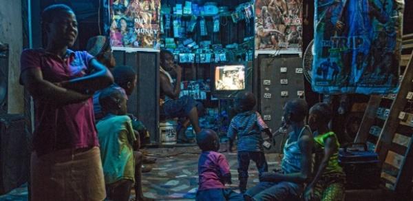 19fev2016---criancas-se-acomodam-na-entrada-de-um-pequeno-comercio-em-igbuzor-nigeria-para-assistir-a-um-filme-ao-estilo-nollywood-fenomeno-cultural-no-pais-1455902403280_615x300